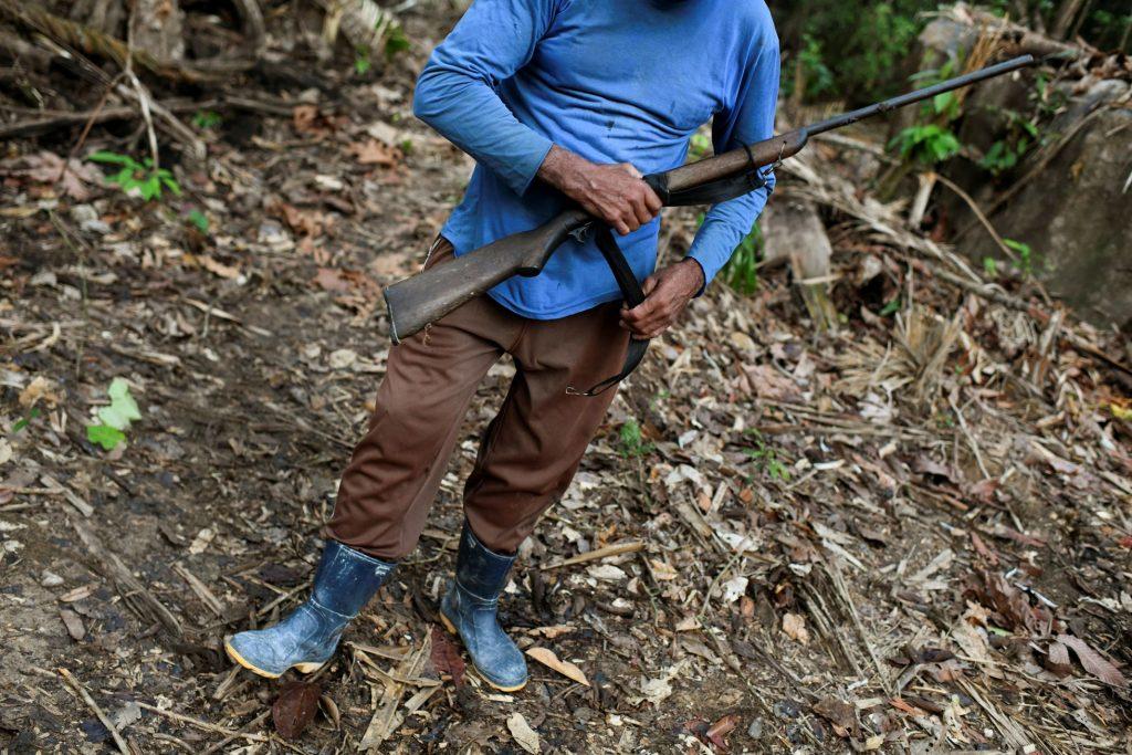 Um homem posa com uma arma num garimpo ilegal de ouro em Itaituba (PA), em 5 de setembro de 2021.